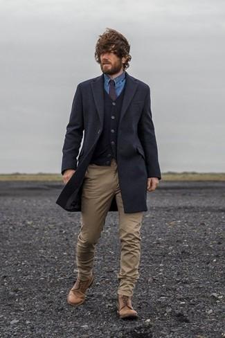 Braune Lederfreizeitstiefel kombinieren: trends 2020: Kombinieren Sie einen dunkelblauen Mantel mit einer beige Chinohose für einen für die Arbeit geeigneten Look. Eine braune Lederfreizeitstiefel sind eine ideale Wahl, um dieses Outfit zu vervollständigen.