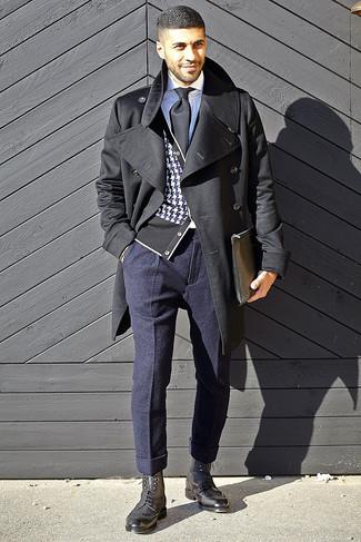 Wie kombinieren: schwarzer Mantel, schwarze und weiße Strickjacke mit Hahnentritt-Muster, weißes Businesshemd, dunkelblaue Wollanzughose