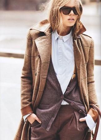 beige Mantel mit Schottenmuster, dunkelbraune Strickjacke, hellblaues Businesshemd, braune Anzughose für Damen