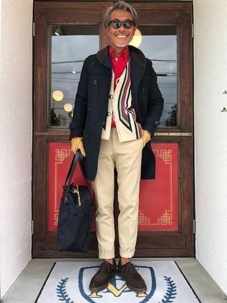 Wie kombinieren: schwarzer Mantel, mehrfarbige bedruckte Strickjacke, rotes Langarmhemd, weißes T-Shirt mit einem Rundhalsausschnitt