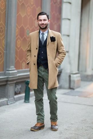Dunkelgraue Lederfreizeitstiefel kombinieren: Tragen Sie einen camel Mantel und eine olivgrüne Chinohose, um einen eleganten, aber nicht zu festlichen Look zu kreieren. Vervollständigen Sie Ihr Look mit einer dunkelgrauen Lederfreizeitstiefeln.