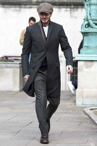 Wie kombinieren: schwarzer Mantel, dunkelblaue Strickjacke, weißes vertikal gestreiftes Langarmshirt mit einer Knopfleiste, dunkelgraue Wollanzughose