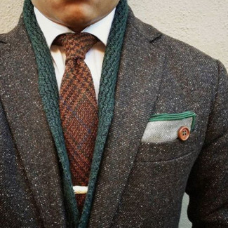 Wie kombinieren: dunkelgrauer Mantel, dunkelgrüne Strickjacke mit einem Schalkragen, weißes Businesshemd, braune Wollkrawatte