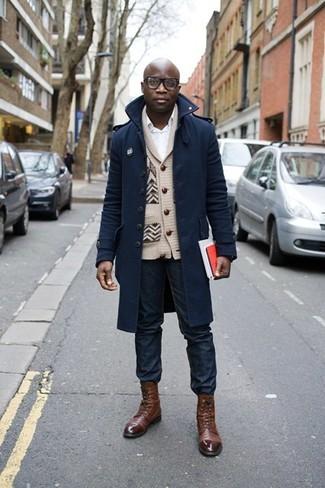Wie kombinieren: dunkelblauer Mantel, hellbeige Strickjacke mit einem Schalkragen, weißes Businesshemd, dunkelblaue Jeans