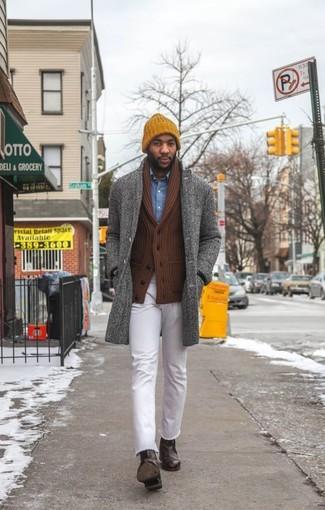 Wie kombinieren: grauer Mantel mit Fischgrätenmuster, braune Strickjacke mit einem Schalkragen, blaues Jeanshemd, weiße Jeans