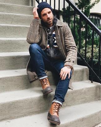 Wie kombinieren: brauner Mantel mit Hahnentritt-Muster, dunkelblaue Strickjacke mit einem Schalkragen mit Norwegermuster, grauer Pullover mit einem Rundhalsausschnitt, dunkelblaue Jeans