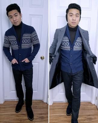 Wie kombinieren: dunkelblauer Mantel, dunkelblaue Strickjacke mit einem Schalkragen mit Norwegermuster, dunkelgrauer Rollkragenpullover, dunkelblaue Anzughose