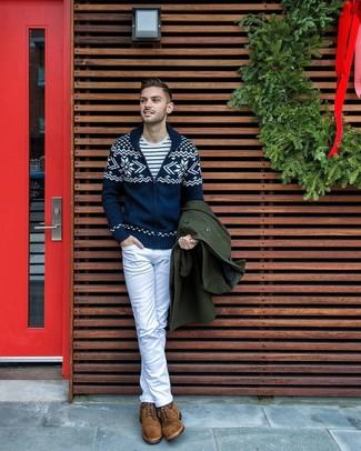 Wie kombinieren: dunkelgrüner Mantel, dunkelblaue Strickjacke mit einem Schalkragen mit Norwegermuster, weißes und dunkelblaues horizontal gestreiftes T-Shirt mit einem Rundhalsausschnitt, weiße Jeans