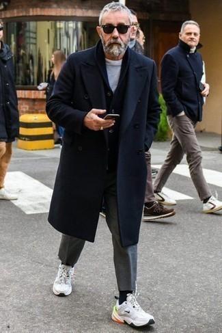 dunkelblauer Mantel, dunkelblaue Strickjacke mit einem Schalkragen, graues T-Shirt mit einem Rundhalsausschnitt, graue Wollchinohose für Herren