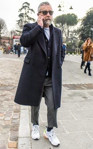 Dunkelblaue Strickjacke mit einem Schalkragen kombinieren – 165 Herren Outfits: Paaren Sie eine dunkelblaue Strickjacke mit einem Schalkragen mit einer grauen Chinohose für einen für die Arbeit geeigneten Look. Weiße Sportschuhe verleihen einem klassischen Look eine neue Dimension.