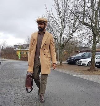 Smart-Casual kalt Wetter Outfits Herren 2020: Tragen Sie einen camel Mantel und eine olivgrüne Chinohose, um einen modischen Freizeitlook zu kreieren. Fühlen Sie sich mutig? Vervollständigen Sie Ihr Outfit mit dunkelbraunen Chelsea Boots aus Leder.