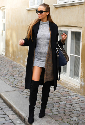 Wie kombinieren: schwarzer Mantel, braune Strickjacke mit einer offenen Front, graues Wollfigurbetontes kleid, schwarze Overknee Stiefel aus Wildleder