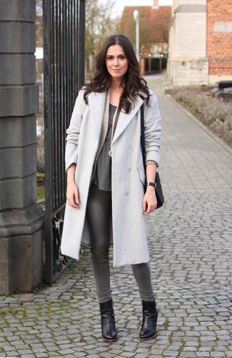 Wie kombinieren: grauer Mantel, hellbeige Strick Strickjacke mit einer offenen Front, dunkelgraues T-Shirt mit einem Rundhalsausschnitt, graue enge Jeans