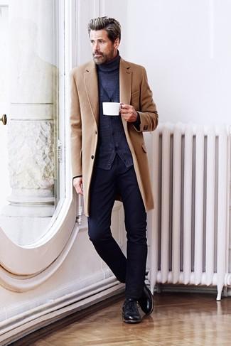 camel Mantel, dunkelblaue Strickjacke, dunkelblauer Rollkragenpullover, dunkelblaue Jeans für Herren
