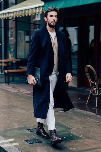 Wie kombinieren: dunkelblauer Mantel, beige Strickjacke, weißes T-Shirt mit einem Rundhalsausschnitt, weiße Chinohose