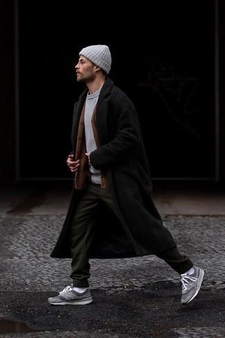 Schwarzen Mantel kombinieren – 843+ Herren Outfits: Die Kombination von einem schwarzen Mantel und einer dunkelgrünen Jogginghose erlaubt es Ihnen, Ihren Freizeitstil klar und einfach zu halten. Fühlen Sie sich mutig? Komplettieren Sie Ihr Outfit mit grauen Sportschuhen.