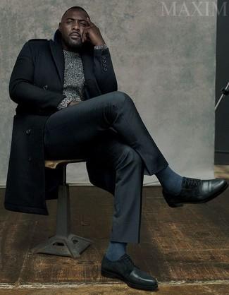 Idris Elba trägt Schwarzer Mantel, Grauer Strickpullover, Schwarze Anzughose, Schwarze Leder Derby Schuhe