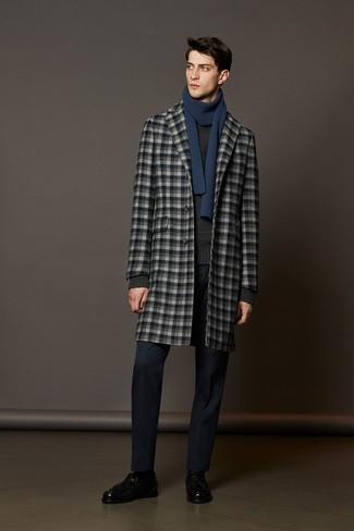 Wie kombinieren: grauer Mantel mit Karomuster, dunkelgrauer Strickpullover, dunkelblaue Anzughose, schwarze Leder Slipper mit Quasten