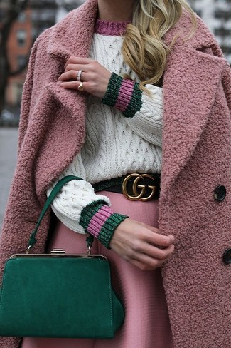 Wie kombinieren: rosa Mantel, weißer Strickpullover, rosa ausgestellter Rock, grüne Leder Clutch