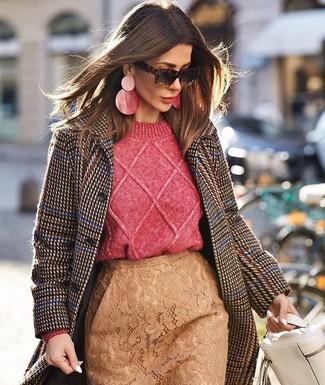 Beige Bleistiftrock kombinieren – 11 Damen Outfits: Paaren Sie einen dunkelbraunen Mantel mit Hahnentritt-Muster mit einem beige Bleistiftrock, um ein modisches Alltags-Outfit zu erzielen.