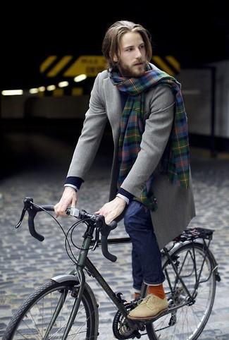 Wie kombinieren: olivgrüner Mantel, dunkelblauer Strickpullover, weißes Businesshemd mit Karomuster, dunkelblaue Jeans