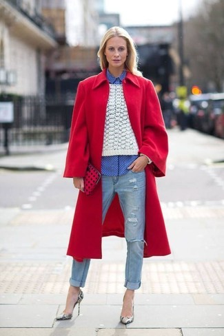 Wie kombinieren: roter Mantel, weißer Strickpullover, weißes und blaues Businesshemd mit Vichy-Muster, hellblaue Jeans mit Destroyed-Effekten