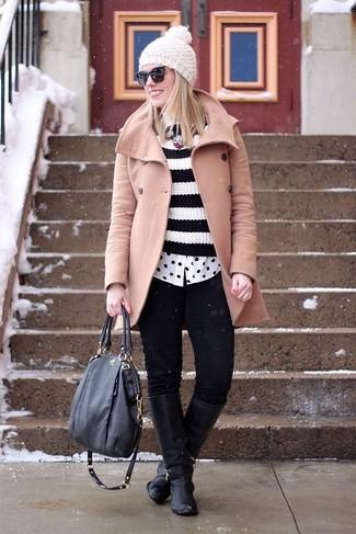 Hellbeige Mantel kombinieren – 10 Winter Damen Outfits: Probieren Sie die Kombination aus einem hellbeige Mantel und schwarzen engen Jeans, umein auffälliges Casual-Outfit zu kreieren, der in der Garderobe der Frau nicht fehlen darf. Vervollständigen Sie Ihr Look mit schwarzen kniehohe Stiefeln aus Leder. Schon ergibt sich ein toller Winter-Look.