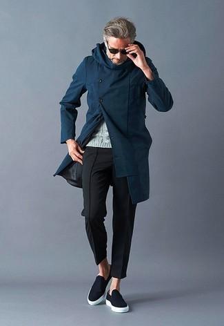 Wie kombinieren: dunkelblauer Mantel, grauer Strickpullover, schwarze Chinohose, schwarze Slip-On Sneakers