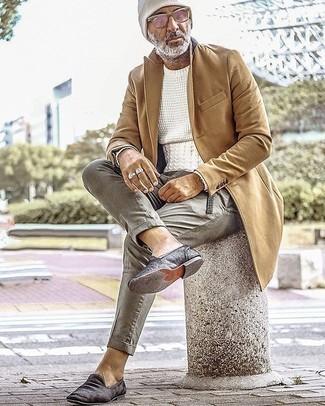 Weißen Strickpullover kombinieren – 106 Herren Outfits: Erwägen Sie das Tragen von einem weißen Strickpullover und einer grauen Chinohose für ein großartiges Wochenend-Outfit. Schalten Sie Ihren Kleidungsbestienmodus an und machen schwarzen Samt Slipper zu Ihrer Schuhwerkwahl.