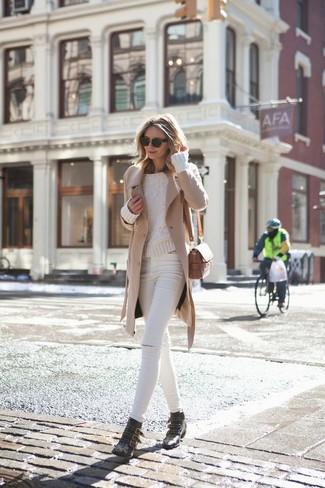 Wie kombinieren: beige Mantel, hellbeige Strickpullover, weiße enge Jeans mit Destroyed-Effekten, schwarze beschlagene Leder Stiefeletten