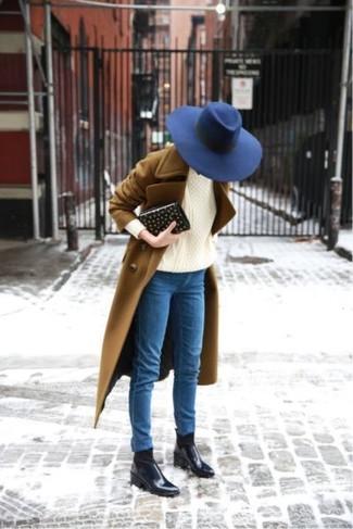 Wie kombinieren: brauner Mantel, hellbeige Strickpullover, blaue enge Jeans, schwarze Chelsea-Stiefel aus Leder