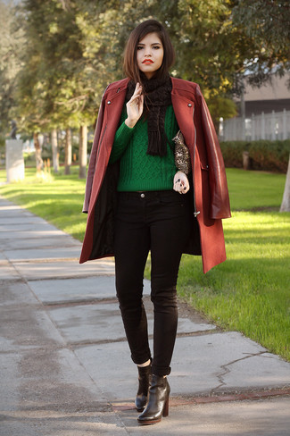 Wie kombinieren: dunkelroter Mantel, grüner Strickpullover, schwarze enge Jeans, schwarze Leder Stiefeletten