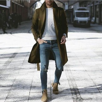 Wie kombinieren: olivgrüner Mantel, weißer Strickpullover, blaue enge Jeans mit Destroyed-Effekten, olivgrüne Chelsea-Stiefel aus Wildleder