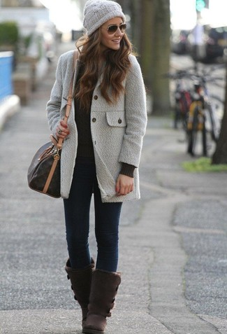 Wie kombinieren: grauer Mantel, schwarzer Strickpullover, dunkelblaue enge Jeans, dunkelbraune Ugg Stiefel