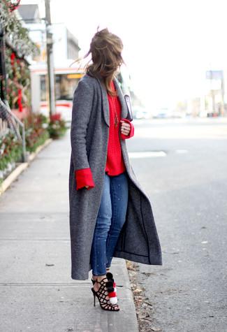 Wie kombinieren: dunkelgrauer Mantel, roter Strickpullover, blaue enge Jeans, schwarze Römersandalen aus Wildleder