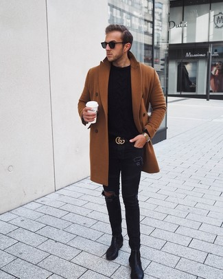 Wie kombinieren: rotbrauner Mantel, schwarzer Strickpullover, schwarze enge Jeans mit Destroyed-Effekten, schwarze Chelsea-Stiefel aus Leder