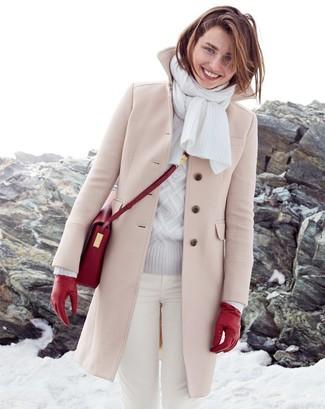 Wie kombinieren: hellbeige Mantel, grauer Strickpullover, weiße enge Jeans, rote Leder Umhängetasche