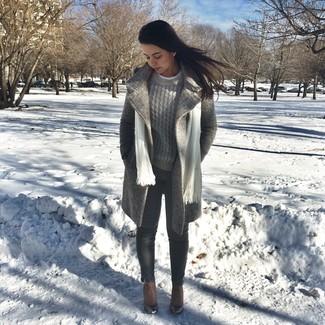 Wie kombinieren: grauer Mantel, grauer Strickpullover, dunkelgraue enge Jeans, braune Leder Stiefeletten