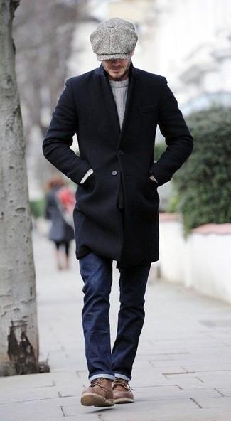 Wie kombinieren: schwarzer Mantel, weißer Strickpullover, dunkelblaue Jeans, braune Lederfreizeitstiefel