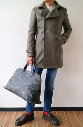 Wie kombinieren: olivgrüner Mantel, weißer Strickpullover, blaue Jeans, dunkelbraune Leder Bootsschuhe