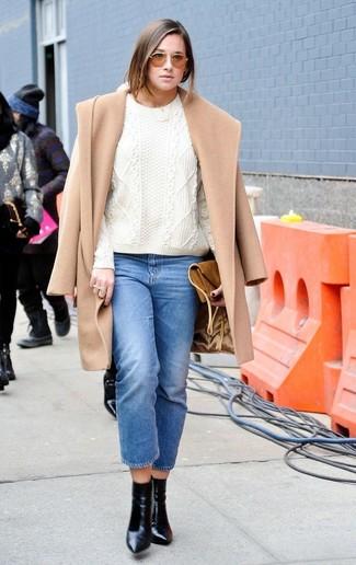 Wie kombinieren: beige Mantel, weißer Strickpullover, blaue Jeans, schwarze Leder Stiefeletten