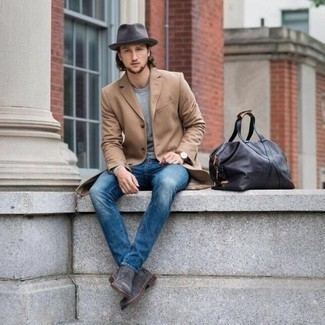 20 Jährige: Graue Chelsea Boots aus Wildleder kombinieren – 29 Herren Outfits: Kombinieren Sie einen camel Mantel mit blauen Jeans, wenn Sie einen gepflegten und stylischen Look wollen. Fühlen Sie sich mutig? Wählen Sie grauen Chelsea Boots aus Wildleder.