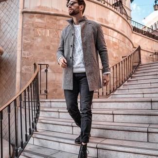 Silberne Uhr kombinieren – 500+ Frühling Herren Outfits: Ein grauer Mantel und eine silberne Uhr sind eine großartige Outfit-Formel für Ihre Sammlung. Putzen Sie Ihr Outfit mit einer schwarzen Lederfreizeitstiefeln. Schon haben wir ein trendiger Look im Frühling.