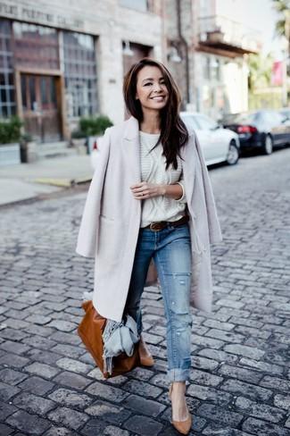 Wie kombinieren: grauer Mantel, weißer Strickpullover, blaue Jeans mit Destroyed-Effekten, beige Wildleder Pumps