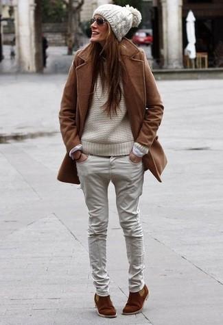 Wie kombinieren: brauner Mantel, hellbeige Strickpullover, hellbeige Jeans, braune Chelsea-Stiefel aus Wildleder