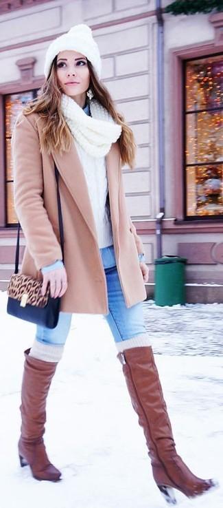 Wie kombinieren: hellbeige Mantel, weißer Strickpullover, hellblaues Jeanshemd, blaue enge Jeans