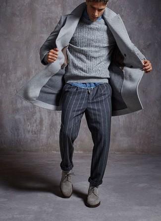 Wie kombinieren: grauer Mantel, grauer Strickpullover, blaues Jeanshemd, dunkelgraue vertikal gestreifte Anzughose