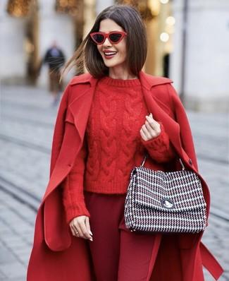 Wie kombinieren: roter Mantel, roter Strickpullover, dunkelrote Karottenhose, mehrfarbige Tweed Satchel-Tasche