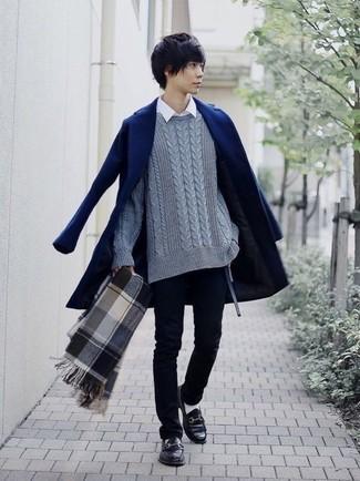 Wie kombinieren: dunkelblauer Mantel, grauer Strickpullover, weißes Langarmhemd, schwarze enge Jeans