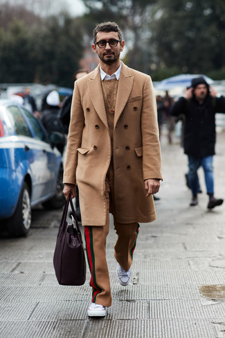 Wie kombinieren: camel Mantel, beige Strickpullover, weißes Langarmhemd, beige Wollanzughose
